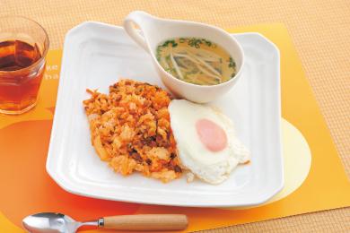 納豆キムチチャーハンとスープのプレート