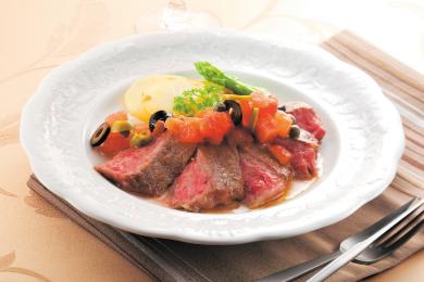 牛肉のステーキ トマト&オリーブのソース